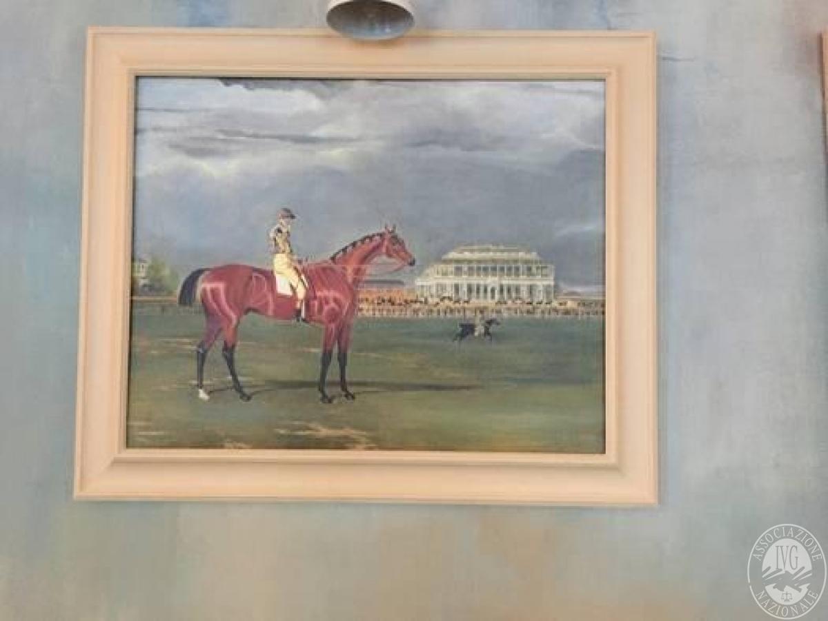 n.2 quadri con cornice bianca raffiguranti persone a cavallo in ...