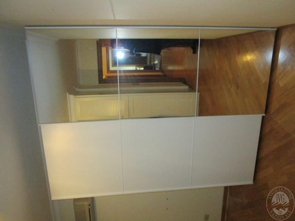 Armadio bianco con n 2 ante scorrevoli e specchio for Armadio bianco e specchio