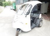 Triciclo elettrico con cabina aperta, colore bianco