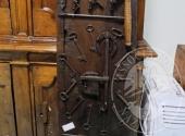 Fall. Ristorante 3 Pini Sas n. 579/2016 - Una composizione di attrezzi, serrature e chiavi varie su tavola in legno scuro 47 x 166