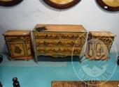 Fall. Ristorante 3 Pini Sas n. 579/2016 - Comò 3 cassetti (piano con bruciatura) e due comodini + 2 specchi 50 x 70 in relazione, legno decorato con disegni (mancanze varie)