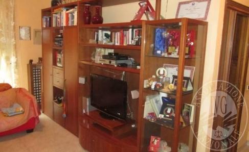 Immagine di Lotto 2: Mobile soggiorno in legno tipo ciliegio con vetrina laterale, vano porta tv, cassetti e ante
