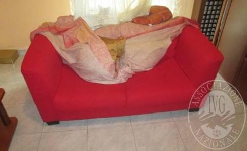 Immagine di Lotto 5: Divano a due posti in tessuto di colore rosso