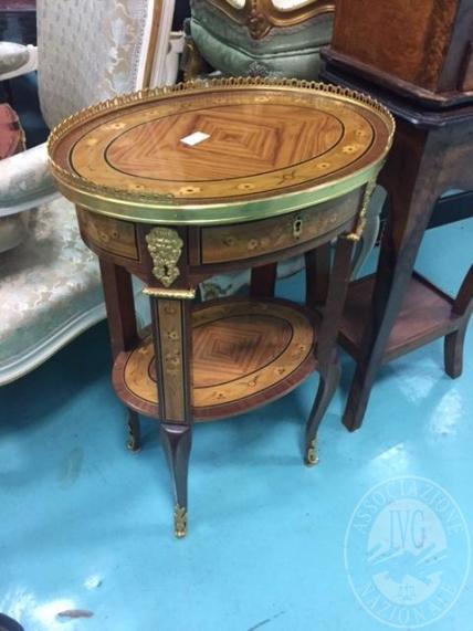 Lotto 11: due tavolinetti ovali con cassettino e fregi color oro